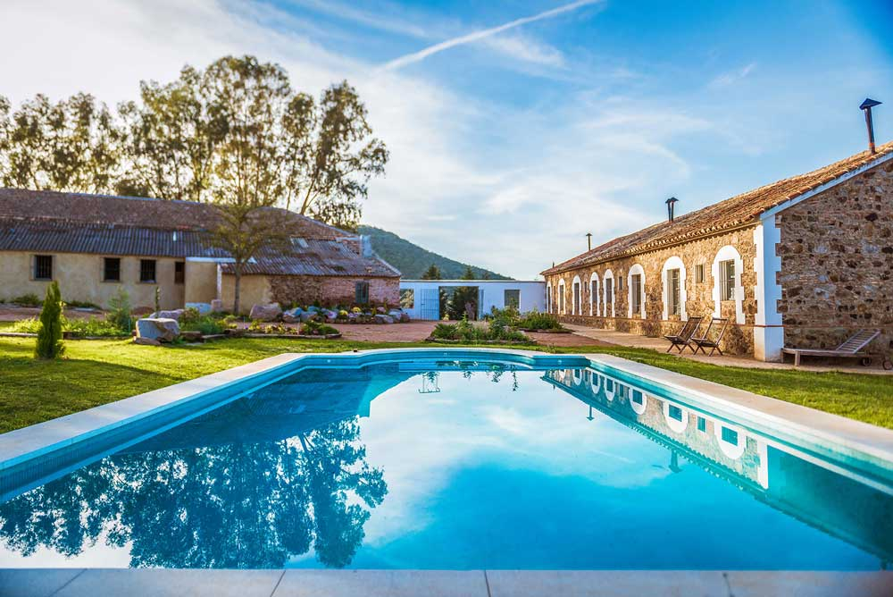 Relájate en la piscina del Balneario Aguas de Villaharta